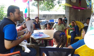 El artista Marvin Martínez en el Club de Lectura Infantil Principitos