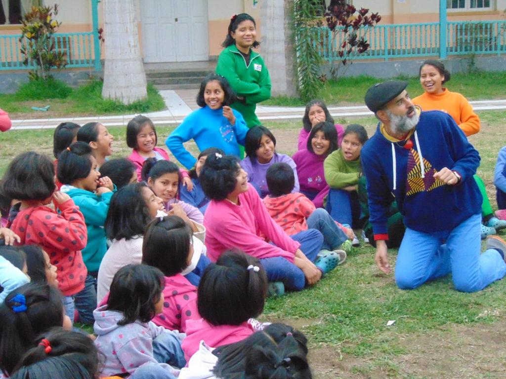 Luis Eduardo Vivero jugando con las niñas del pericultorio